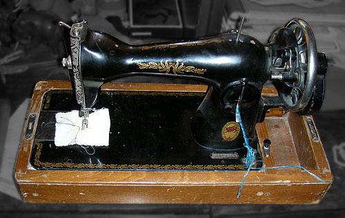 Сегодня в мои добрые руки была безвозмездно отдана чудесная швейная машинка Подольского Механического Завода...
